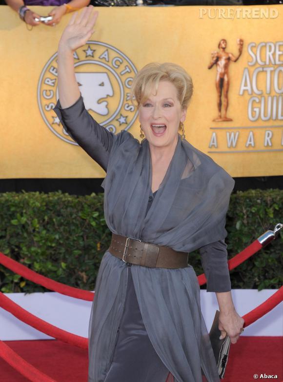 """Le meilleur """"effet de surprise"""" : sur le tapis rouge Meryl Streep semble saluer une connaissance dans la foule. Très chic."""