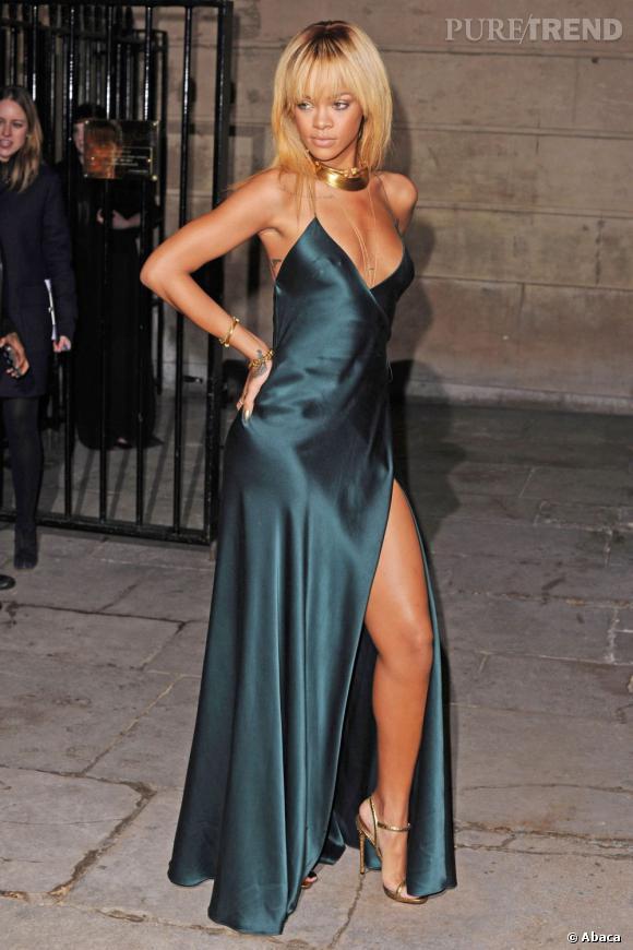 Rihanna joue la carte sexy à fond dans cette robe Giorgio Armani satinée.