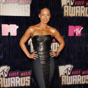 Alicia Keys a beau avoir déjà la peau mate, elle ne résiste pas au bronzage et opte même pour une version bronze.
