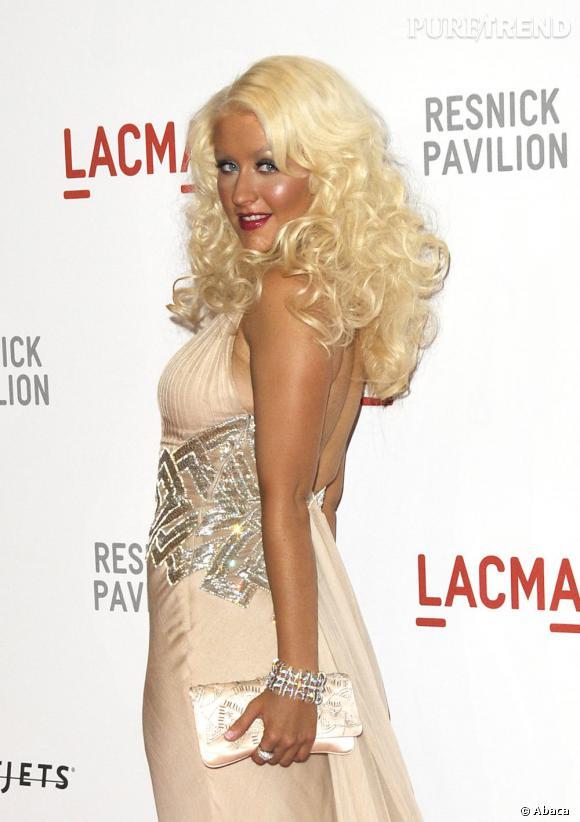 Chevelure jaune, peau orange, Christina Aguilera n'est pas vraiment une adepte du naturel.