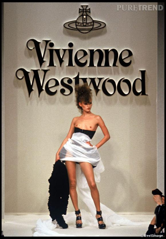 Sur le podium aussi Kate Moss se la joue topless aidée par les créations politiquement incorrectes de Vivienne Westwood, une autre légende d'Angleterre.