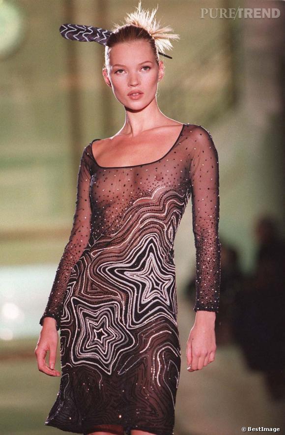 Kate Moss joue la total transparence sur le podium Versace.