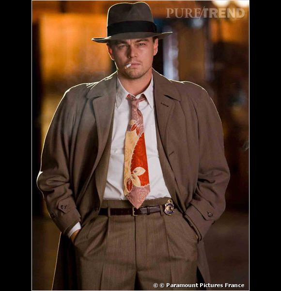 """Leonardo DiCaprio dans """"Shutter Island"""" ou l'exemple parfait de la cravate criarde. Note : 4/10 même si on s'appelle Leonardo DiCaprio une telle cravate ça ne pardonne pas."""