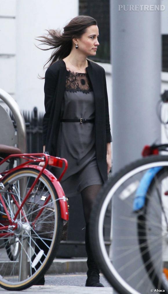 Pippa Middleton adopte un look sombre mais ultra-élégant dans les rues de Londres.