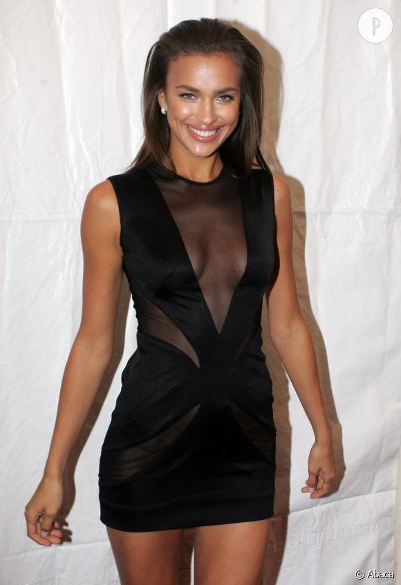Irina Shayk ose tout. La preuve, la voilà en mini-robe avec un décolleté transparent vertigineux. Il faut dire qu'avec un corps pareil, elle a bien raison d'en profiter.
