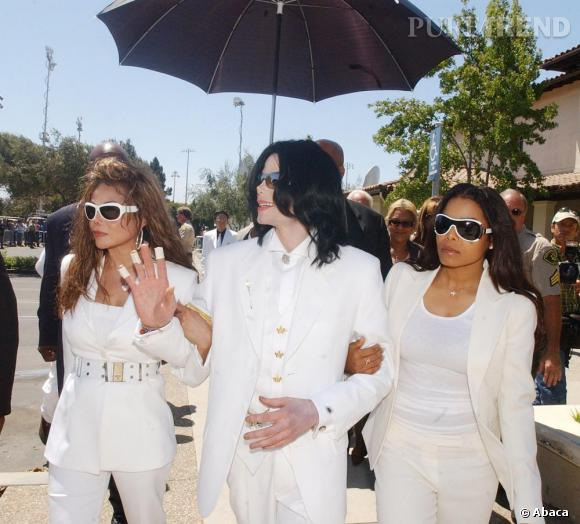 Michael Jackson entouré de ses soeurs, LaToya et Janet Jackson. Car chez les Jackson on assiste aux procès en famille.