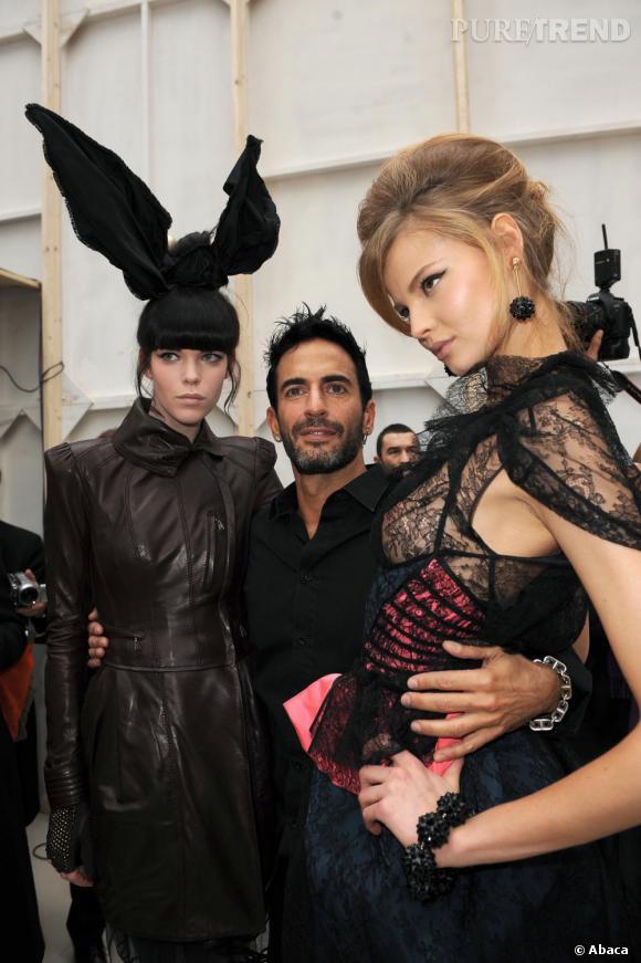 En 2009 :  En backstage Vuitton, Marc Jacobs est la star, les filles l'adorent.