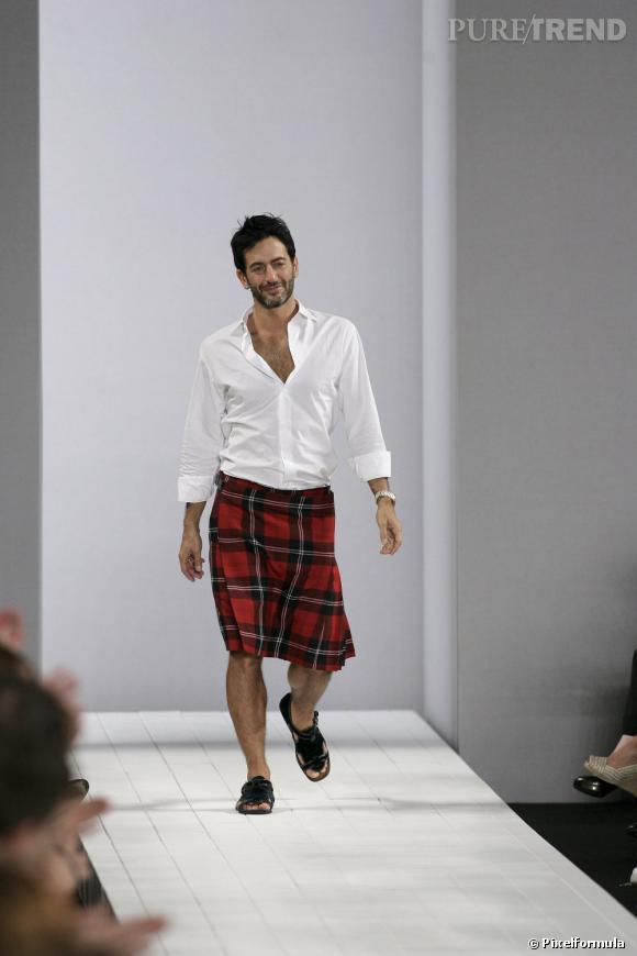 En 2008 :  Marc Jacobs ne cache pas son goût pour les jupes au masculin. Kilt et chemise blanche, l'élégance selon Marc.