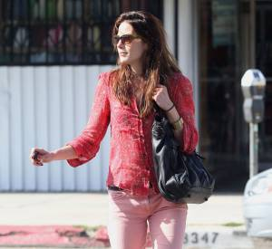 La jeune femme prouve qu'elle n'a pas perdu de vue les tendances et opte pour un skinny rose pastel.