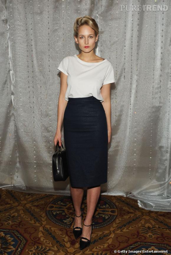 """Leelee Sobieski à New York. Vêtue d'un t-shirt blanc qui tombe avec délicatesse, elle casse le style avec une jupe crayon noire taille et un sac Moynat noir """"Paradis""""."""