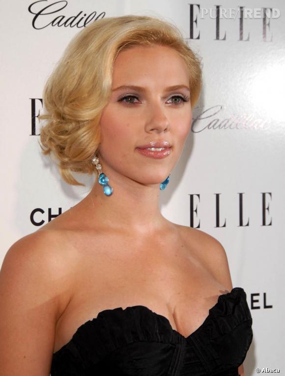 Scarlett Johansson a déjà des courbes affolantes, avec son blond platine elle se transforme en bombe hollywoodienne.