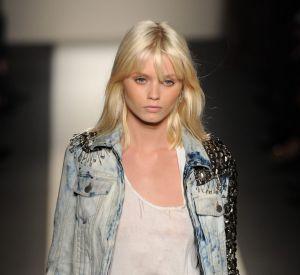 Le top Abbey Lee impose le blond peroxydé sur les catwalks.