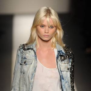 Le top Abbey Lee impose le blond peroxydé sur les catwalks.