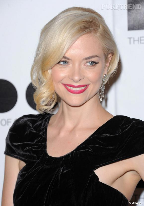 Jaime King maîtrise le glamour old hollywood à la perfection et illumine son blond par des lèvres fuchsia.