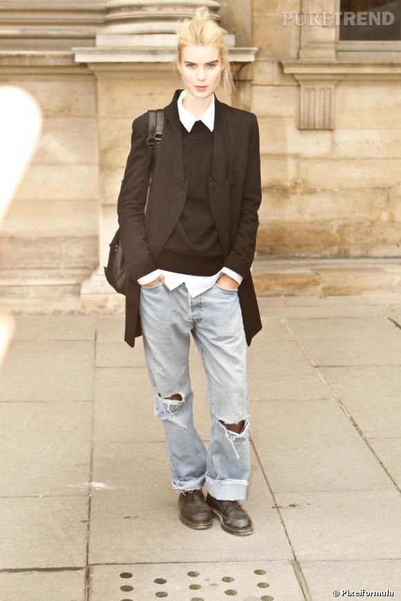 Son style :    A la fois grunge, en jean destroy, et preppy, en petit pull noir et col blanc.       Ce qu'on lui pique :    Son blazer noir oversize, parfaitement coupé.