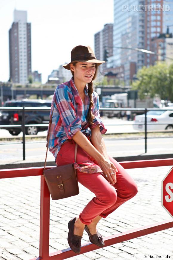 Son style :    Un bon petit look d'exploratrice des tendances de l'été, en mocassins, chapeau d'Indiana Jones, slim rouge et chemise à carreaux.        Le truc qu'on lui pique :    Son chapeau d'aventurière.