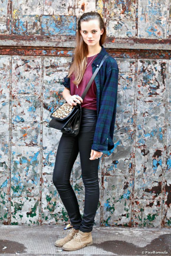 Son style  Un mix entre look grunge années 90, chemise à carreaux et jean