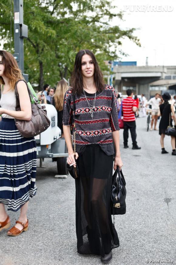 Son style :    Ruby Aldridge revisite le top imprimé Pendleton dans une version plus couture, porté avec une jupe longue noire et transparente.       Ce qu'on lui pique :    Son top, évidemment, que l'on rentrera comme elle à moitié dans notre jupe ou pantalon, pour un effet faussement négligé.
