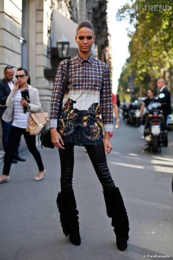 Son style :    Joan Smalls ose un look agressif avec une chemise imprimée rottweiler, un slim en cuir seconde peau et des bottes à franges.       Ce qu'on lui pique :    Sa chemise, pour faire peur aux vieilles dames dans la rue.