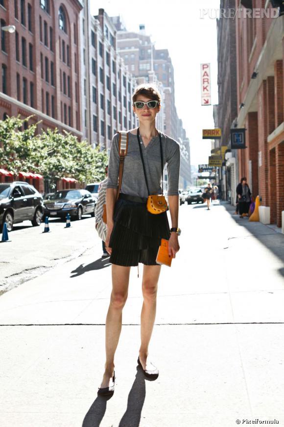 Son style :    Casual. Un top à manches longues et une jupe noire.       Le truc qu'on lui pique :    Son micro sac.