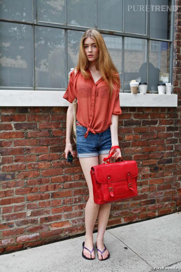 Son style :    Pin-up à la Bardot, en chemise colorée transparente et short en jean.       Ce qu'on lui pique :    Son short en jean et si possible, son brushing de rêve...