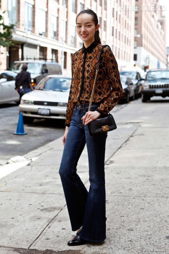 """Son style :    Un petit vent seventies dans les coupes, pour un look résolument tendance, avec une chemise imprimé python boutonnée jusqu'en haut, LE détail 2012.       Le truc qu'on lui pique :    Son sac """"Boy"""" de Chanel."""