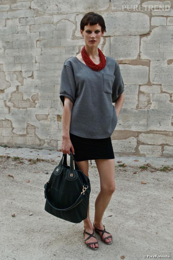 """Son style :    Tee-shirt """"moumoute"""", mini jupe et collier ethnique, Saskia de Brauw a parfaitement intégré la tendance sporty chic.       Ce qu'on lui pique :    Son collier de perles rouges, à superposer sur tous nos tops préférés."""