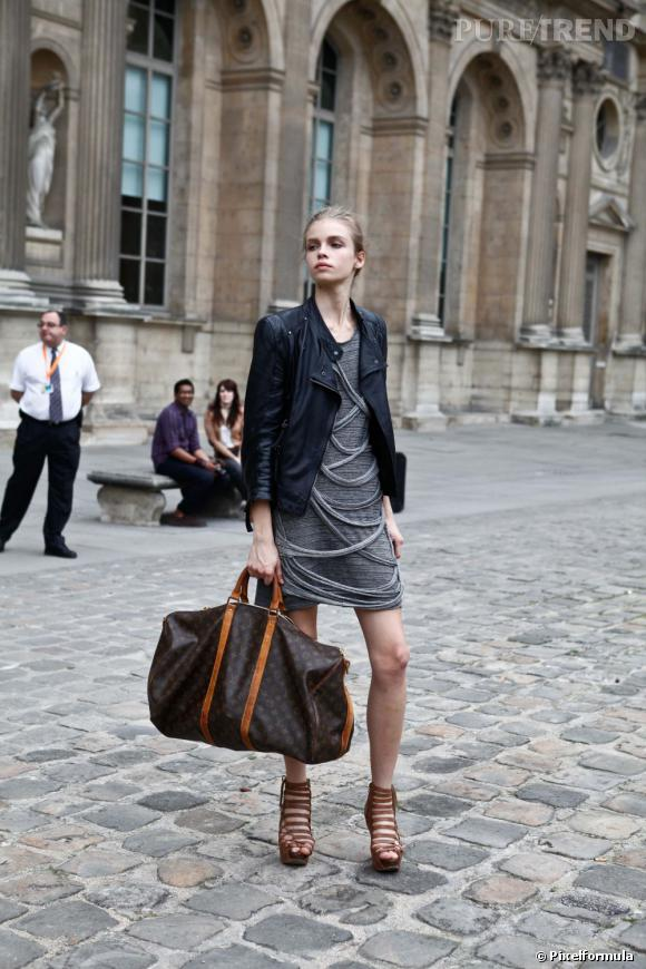 "Son style :    Rock et couture, en mini robe à ""drapé frangé"", perfecto et sandales à multi brides.       Ce qu'on lui pique :    Son sac Louis Vuitton XXL."