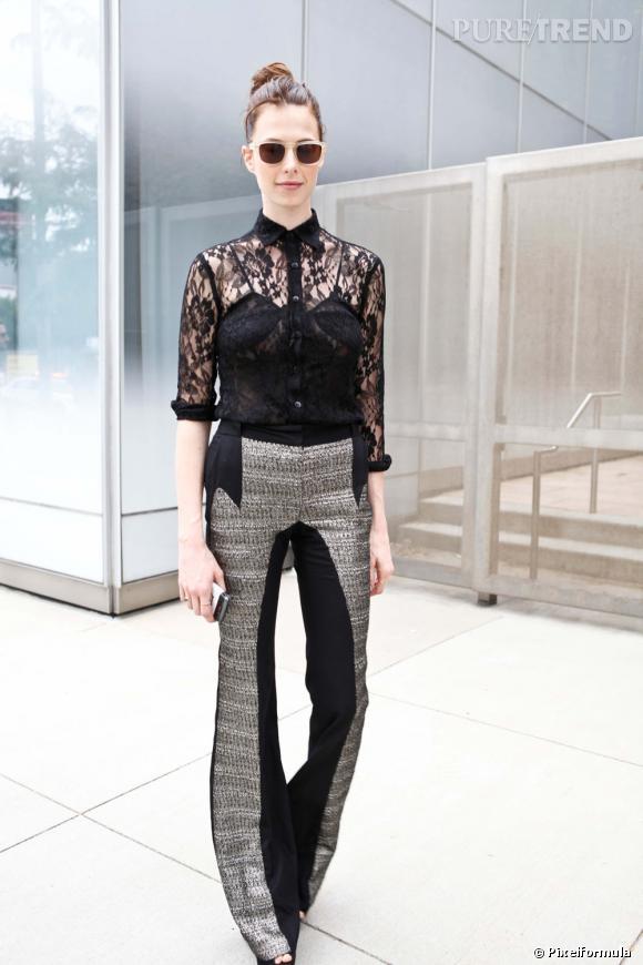 Son style :    Chemise en dentelle et pantalon graphique, Elettra Wiedemann privilégie le mélange des matières.       Ce qu'on lui pique :    Son pantalon de fashionista pointue.