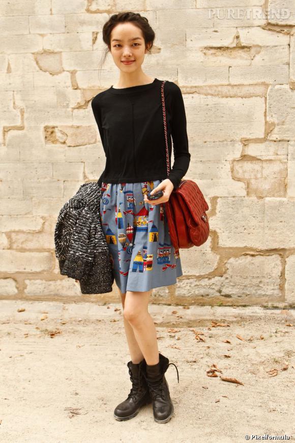 """Son style :    Fei Fei Sun sait qu'avec un pull noir, il faut oser une pièce plus audacieuse et fun, comme sa jupe à l'imprimé naïf.       Ce qu'on lui pique :    Son """"Jumbo"""" Chanel rouge vif."""