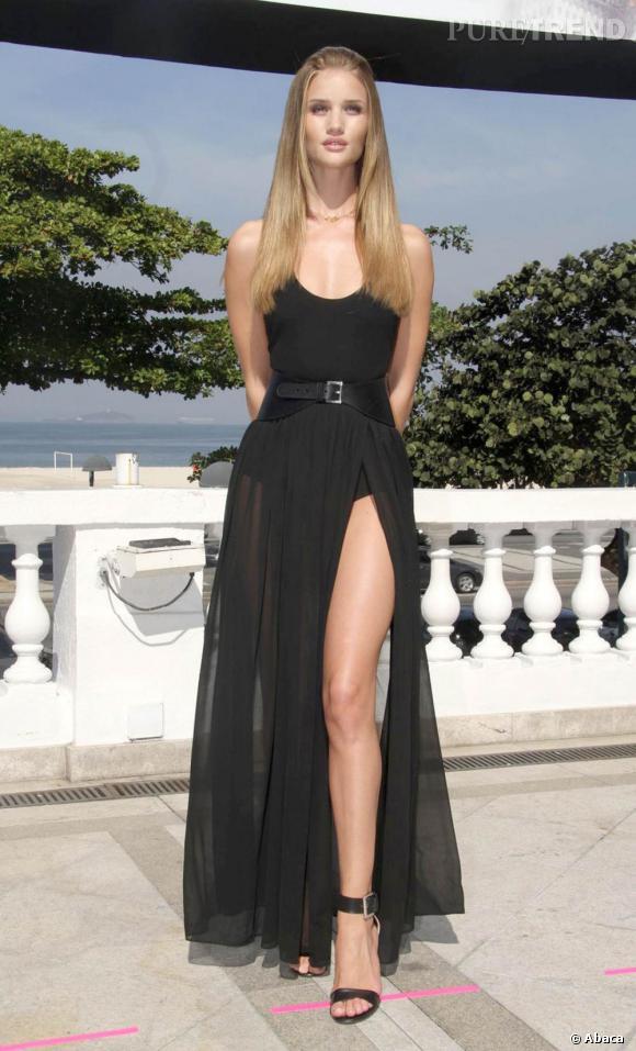 Rosie Huntington-Whiteley opte pour le jeté de jambe en avant.