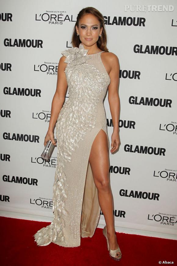 Jennifer Lopez aussi sort sa jambes bronzée pour séduire.