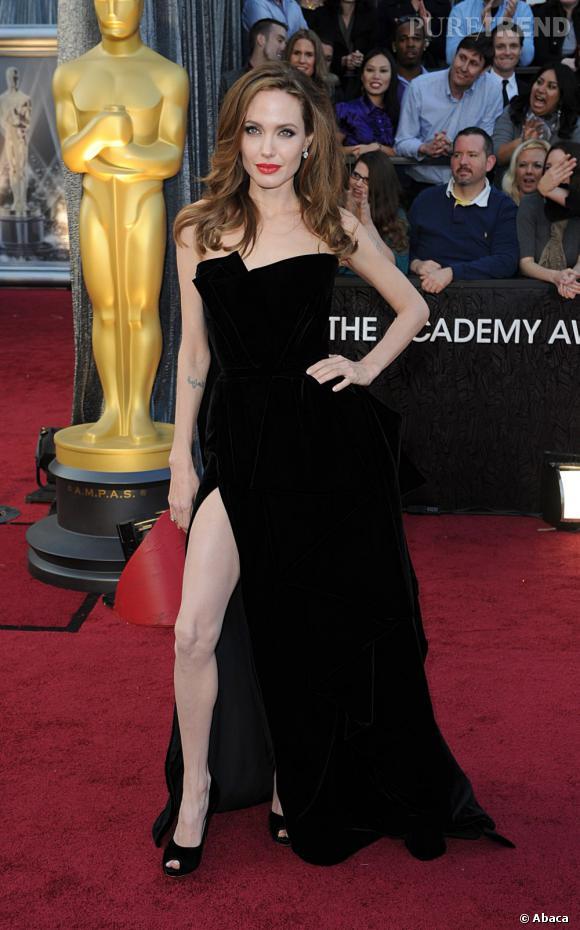 """La star des Oscars sur tapis rouge ce n'était pas """"The Artist"""" mais bien la jambe d'Angelina Jolie. La jeune femme joue du fendu de sa robe pour dégainer sa gambette de façon impressionnante."""