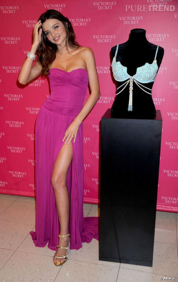 Miranda Kerr opte aussi pour une robe fendue et le jeté de jambe se fait vers l'intérieur.