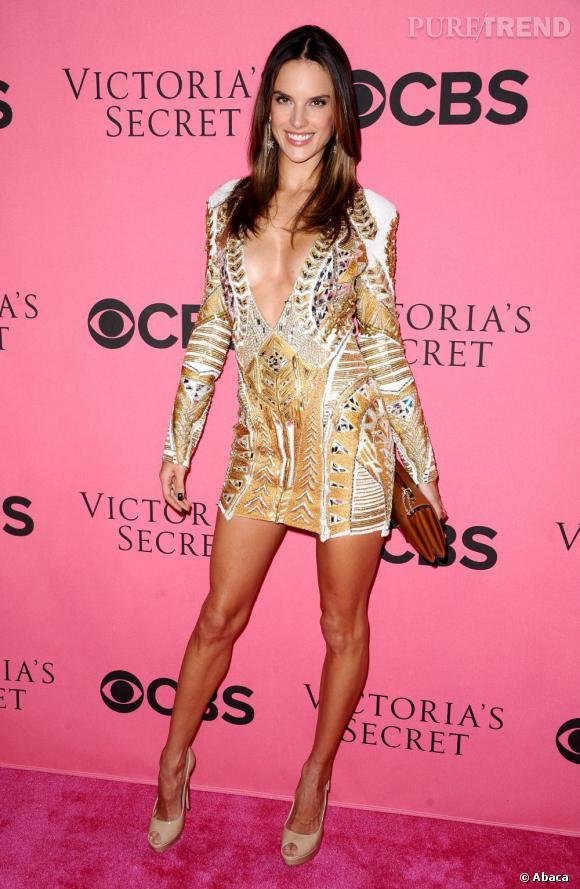 Alessandra Ambrosio opte aussi pour le jeté de jambe sur tapis rouge.