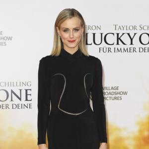 """Taylor Schilling pour la première de """"Lucky One"""" en Allemagne, moulée dans une robe noire Azzedine Alaia et une paire d'escarpins Jimmy Choo : elle mise sur des valeurs sûres."""