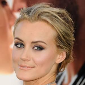 Taylor Schilling rayonne par sa blondeur et ses yeux clairs. L'actrice fait sensation à chacune de ses apparitions.