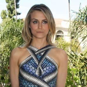"""Taylor Schilling joue les grandes et ça lui va bien dans une robe en soie Peter Pilotto, lors d'un shooting photo à l'occasion de la sortie du film """"Lucky One"""" à Los Angeles."""