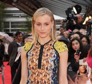 Taylor Schilling détient déjà les réflexes de fashionista avec une robe colorée Peter Pilotto et une paire d'escarpins en PVC Rupert Sanderson collection Automne-Hiver 2012.