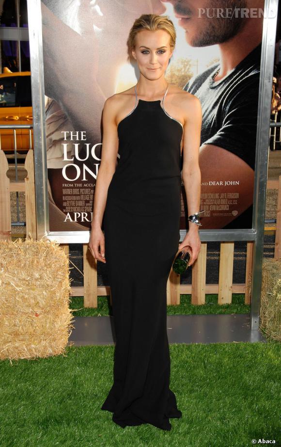 Taylor Schilling a bien compris le pouvoir d'une robe noire Calvin Klein.