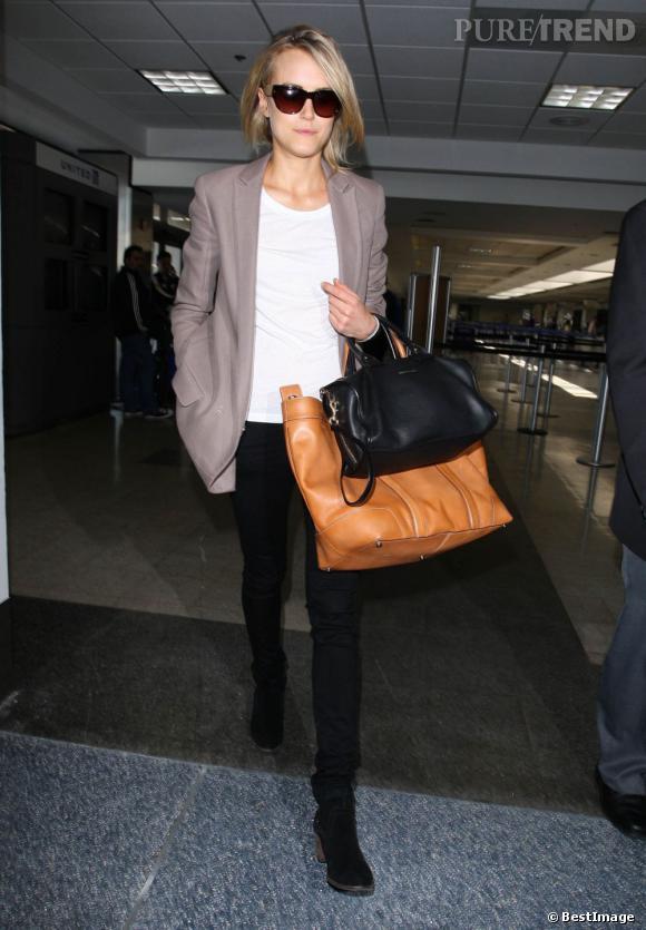 """Taylor Schilling adopte un look chic mais décontracté loin des red carpet qui sont depuis peu son nouveau """"place to be""""."""