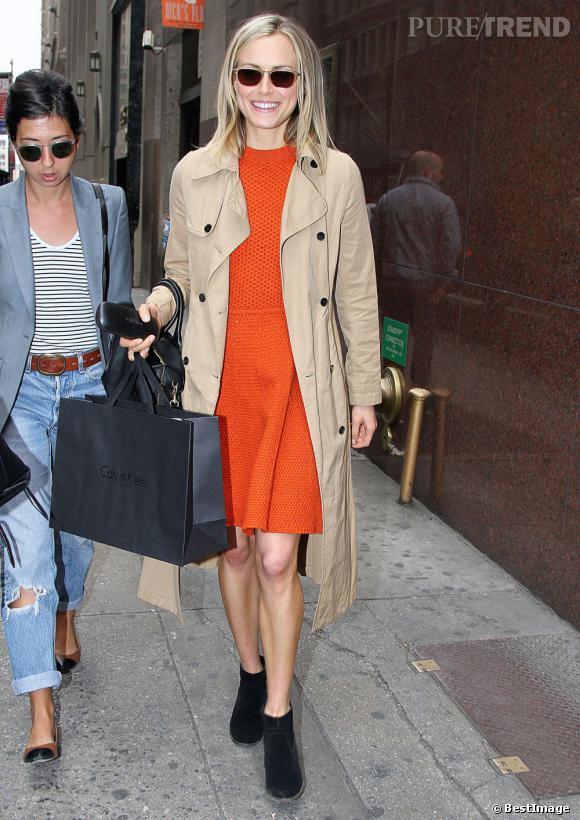 Taylor Schilling surfe sur la bonne vague du style : robe tangerine + trench beige. Look printanier à saisir !