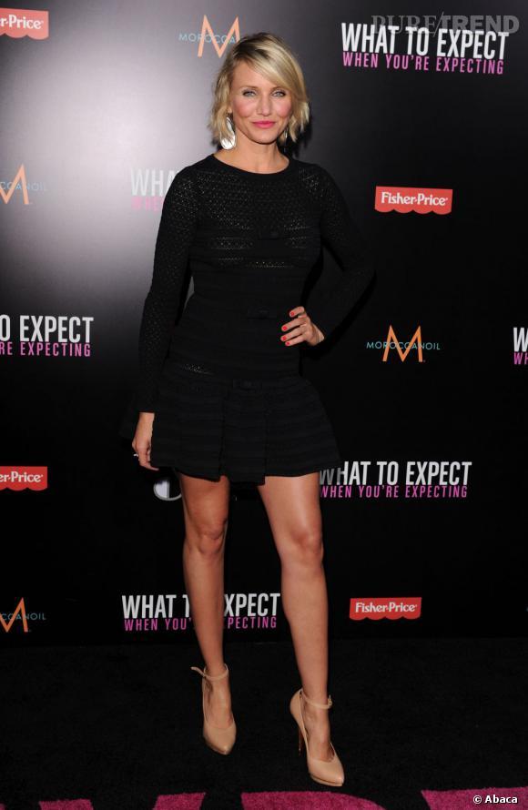 Cameron Diaz, toujours aussi sexy, mise sur une valeur sûre, la petite robe noire signée Valentino.