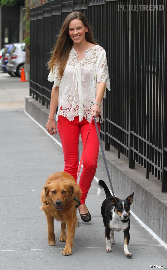 Hilary Swank, tout sourire, promène ses chiens dans Manhattan