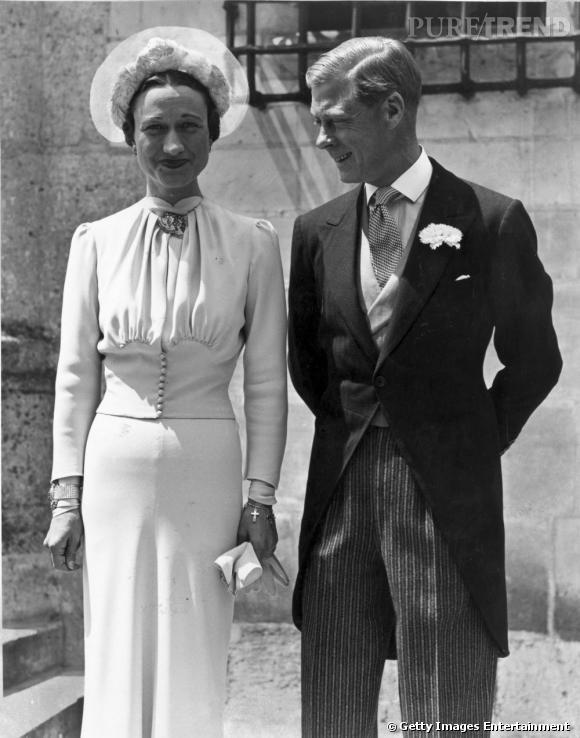 """Wallis Simpson et le prince Édouard, duc de Windsor se marient le 3 juin 1937.   Wallis avait commandé sa robe à la maison américaine Mainbocher, dans un bleu ciel qui portera son nom """"Wallis blue"""". Au poignet, elle porte le bracelet croix de Cartier dont les croix avaient été commandées une par une par son futur époux."""