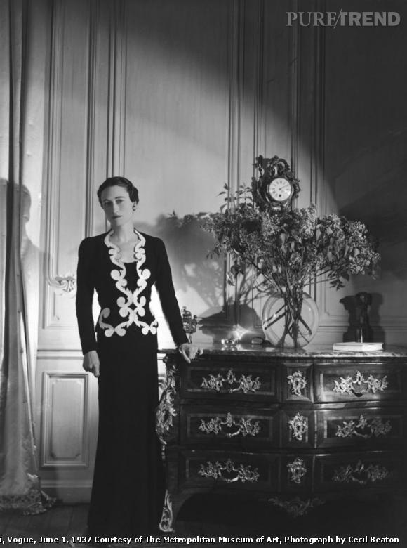 Wallis Simpson in Elsa Schiaparelli, Vogue, June 1, 1937.   Courtesy of The Metropolitan Museum of Art, Photograph by Cecil Beaton.   Dans la célèbre robe aux arabesques de Schiaparelli, Wallis prouve qu'elle maitrisait les codes de l'époque sur le bout des doigts, n'hésitant pas à choisir des tenues extravagantes quand l'envie lui prenait.