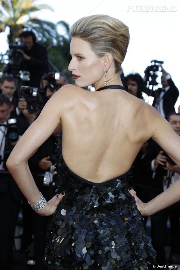 Karolina Kurkova, femme fatale avec son dos dessiné.