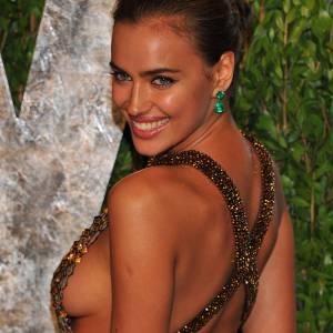 Irina Shayk dévoile sans gêne sa poitrine. Après tout, la top model a déjà posé dans des maillots de bain plus échancrés...