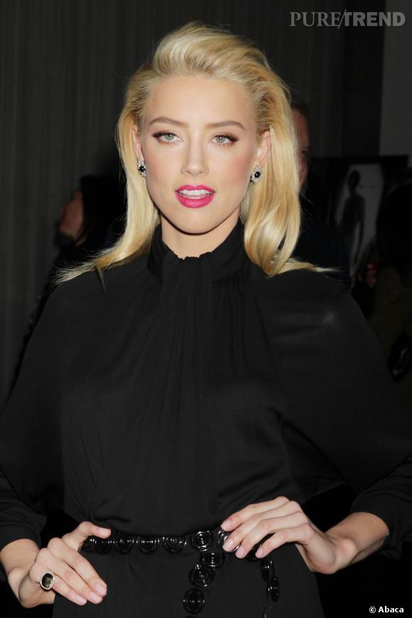Amber Heard, femme fatale sait pertinemment comment flatter son beauty look : avec un rouge à lèvres fuchsia.