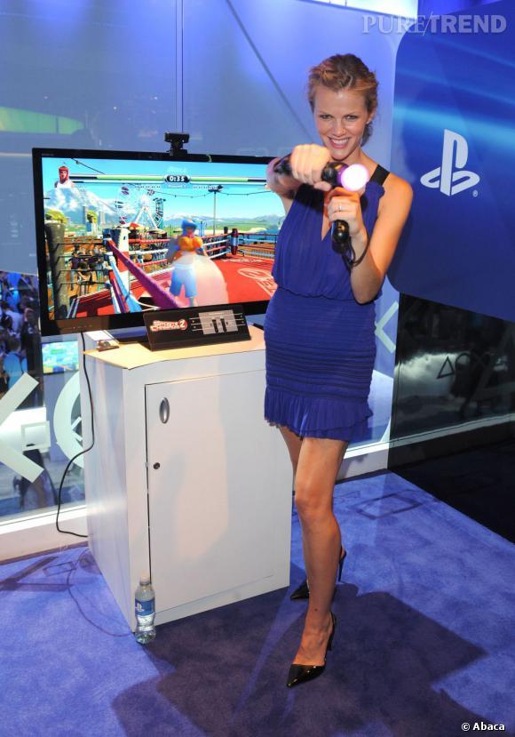 Brooklyn Decker profite de son passage à l'E3 de Los Angeles pour faire un peu de boxe virtuelle !